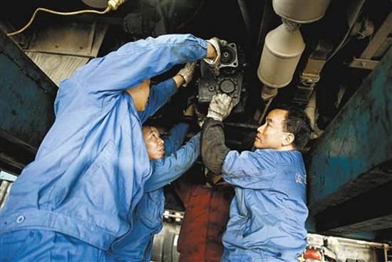大货车修理工_汽车修理工的工资大约是多少-现在的汽修工工资大概是多少?